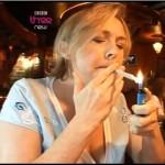 Reporterin raucht Joint
